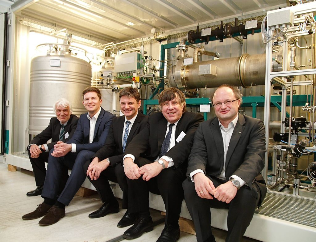 Prof. Dr. Joachim Hornegger, president of the FAU with the founders of Hydrogenious Technologies Dr. Daniel Teichmann, Prof. Dr. Peter Wasserscheid, Prof. Dr. Wolfgang Arlt, Prof. Dr. Eberhard Schlücker
