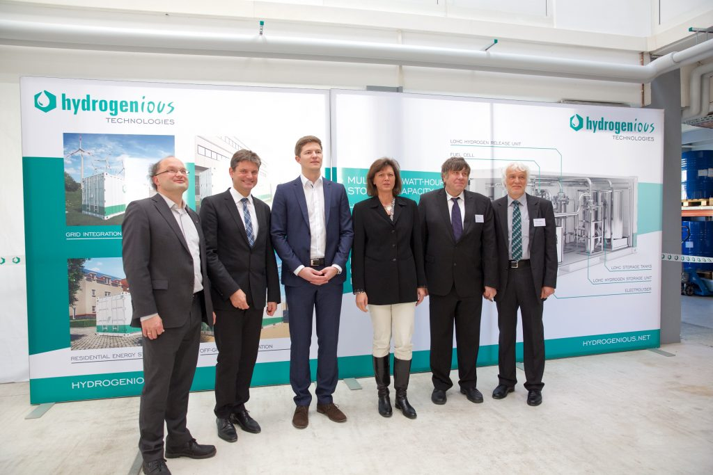 Bavarian minister of state Ilse Aigner togehter with Prof. Dr. Joachim Hornegger and the founders of Hydrogenious Technologies Dr. Daniel Teichmann (CEO), Prof. Dr. Peter Wasserscheid, Prof. Dr. Wolfgang Arlt, Prof. Dr. Eberhard Schlücker