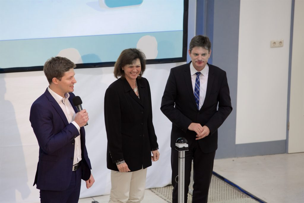 CEO of Hydrogenious Technologies Dr. Daniel Teichmann together with Bavarian minister of state Ilse Aigner and Prof. Dr. Joachim Hornegger, president of the FAU