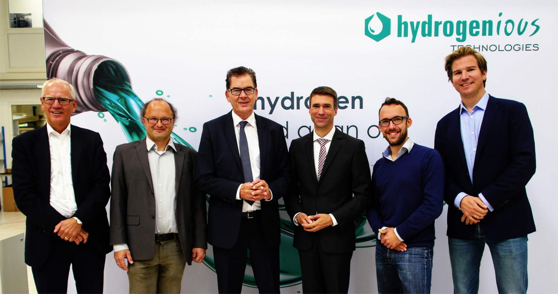 Siegfried Balleis, former mayor of Erlangen, Peter Wasserscheidt, Director of the Helmholtz-Institute for Renewable Energy (HI ERN) and cofounder of Hydrogenious Technologies, Development minister Gerd Müller, Secretary of state Stefan Müller, Martin Schneider, Head of marketing and product development at Hydrogenious, Cornelius von der Heydt, Head of business development and sales at Hydrogenious Technologies. (Picture: Hydrogenious Technologies GmbH)