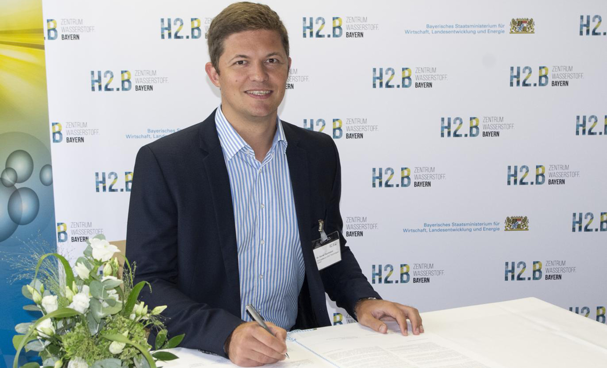 Daniel Teichmann CEO Hydrogenious LOHC Technologies signing the letter of intent